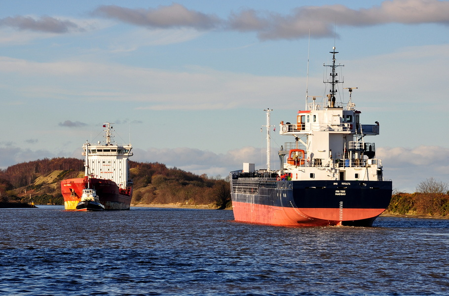 Malou Theresa and Fri Tide passing at Ellesmere Port