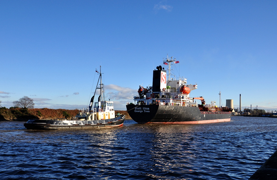 Stolt Skua inward for Stanlow with Tug MSC Volant