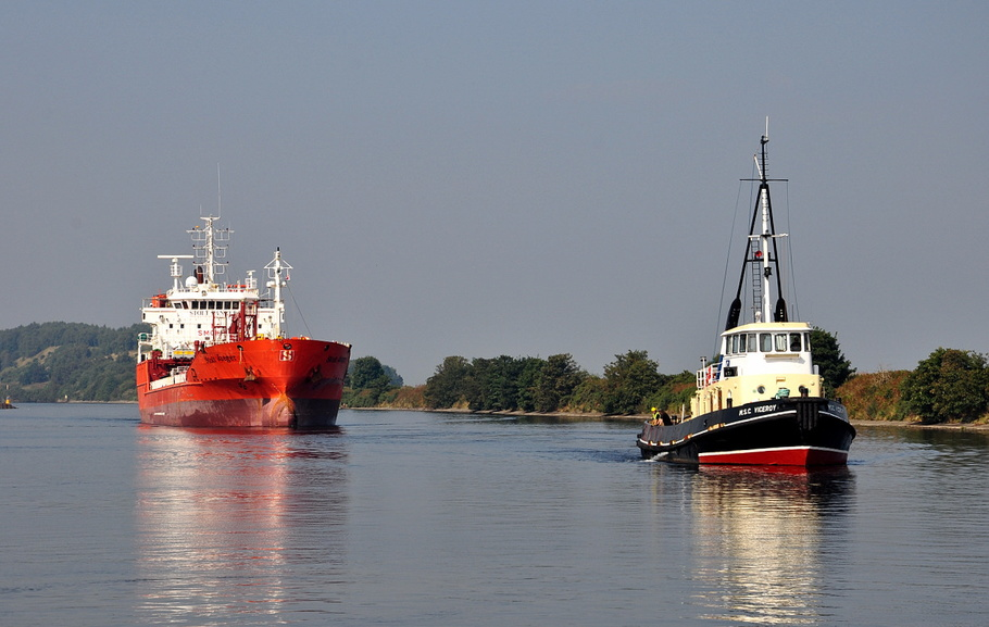 Stolt Jaeger  and tug MSC Viceroy